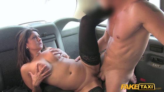 Femalefaketaxi tourist introduced to taxi tradition 3