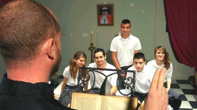 Religión en la escuela de FAKings: cursos prematrimoniales, intercambio de parejas, dar y recibir hermanos.