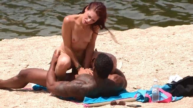 Fakings: Un negro polludo y lo fácil que es ligar en una playa nudista con ese trabuco